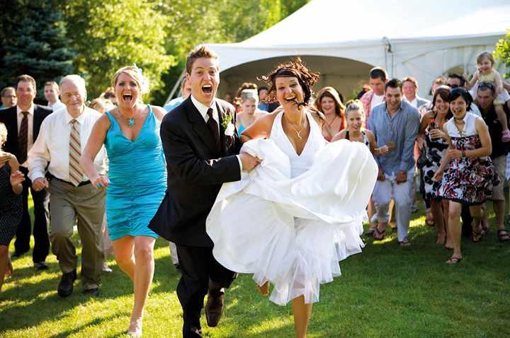 Фото невесты с гостями на свадьбе