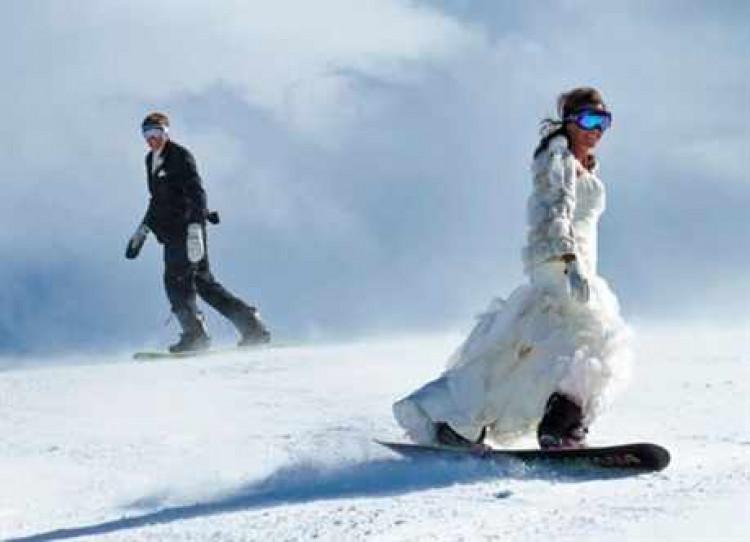 На сноуборде в свадебном платье