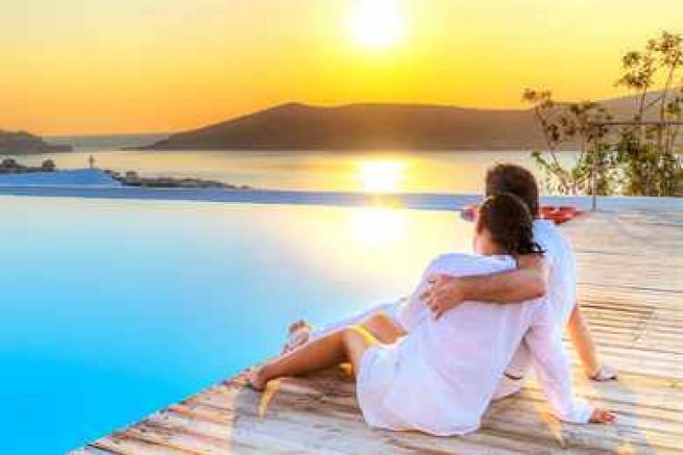 Влюбленная пара возле моря