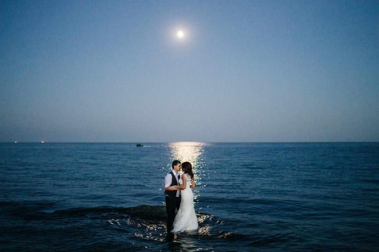 Молодожены на море