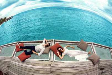 Молодожены на Мальдивах лежат