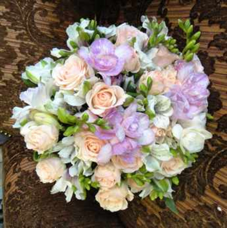 элегантный свадебный букет из альстромерий