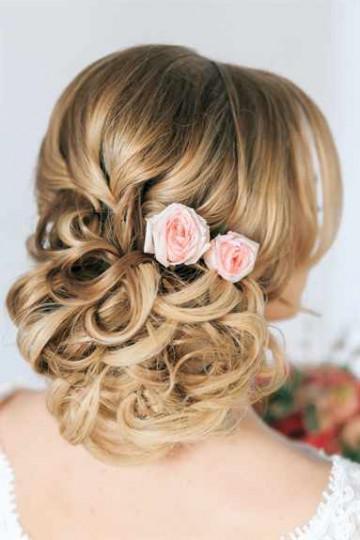 Прически на средние волосы на свадьбу для подружки