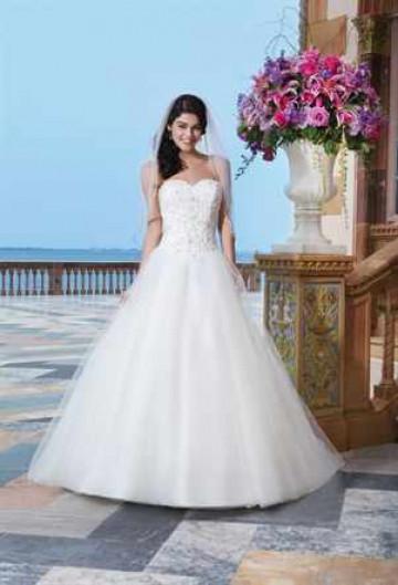 Невеста в свадебном платье с корсетом