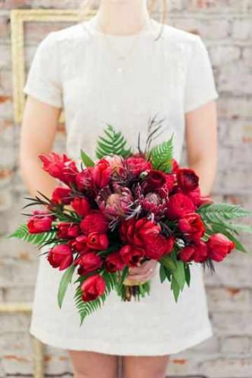 Букет из красных цветов невесты