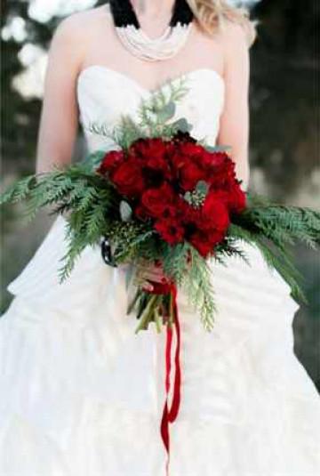 Невеста с букетом из красных роз