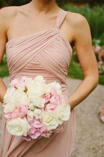 Нежный свадебный букет из светлых роз