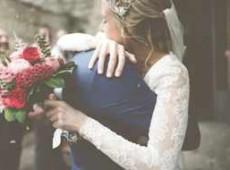 Молодожены со свадебным букетом