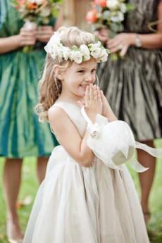 Девочка на свадьбе улыбается
