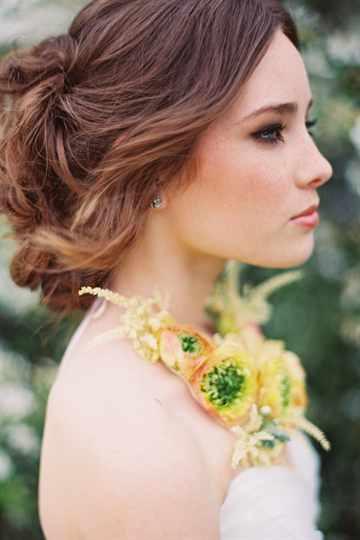 Прически на свадьбу модные