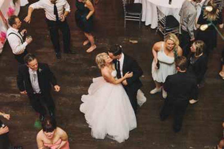 Молодожены танцуют первый свадебный танец