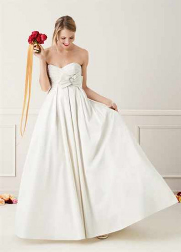 Невеста в свадебном платье в день свадьбы