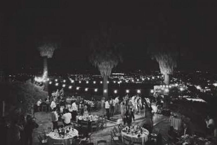 Люди танцуют на свадьбе