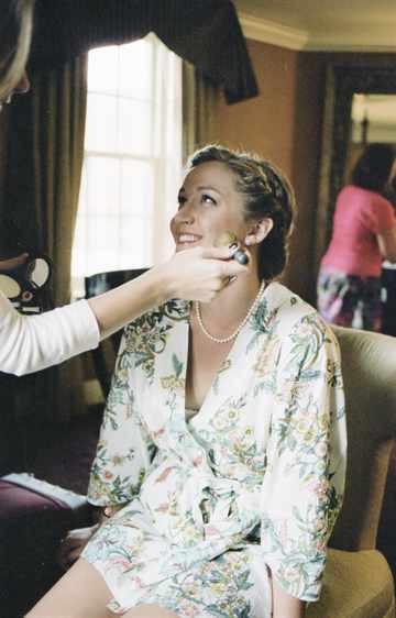 Невесте делают макияж