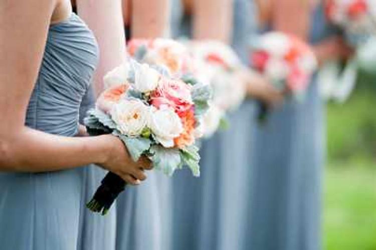 Невеста и ее подружки с букетами