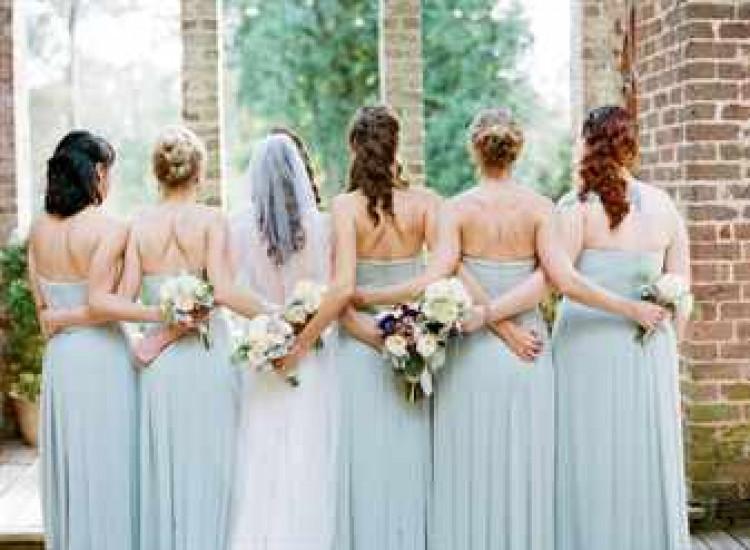Невеста и ее подружки на свадьбе