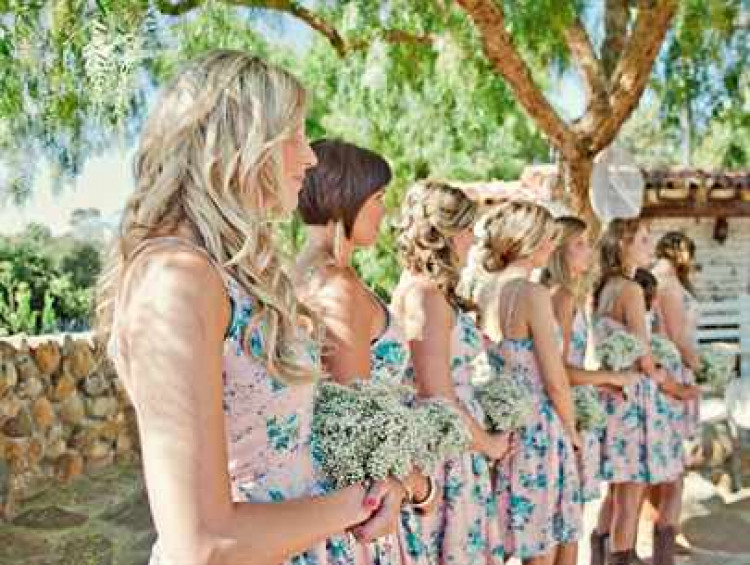 Подружки невесты с цветами