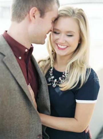 парень и девушка улыбаются
