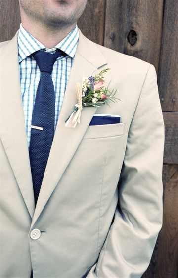 Светлый свадебный костюм жениха