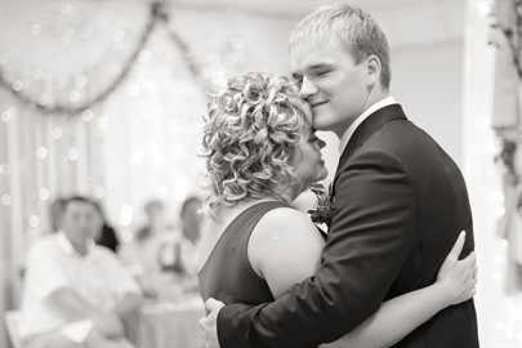 Танец на свадьбе сына с мамой