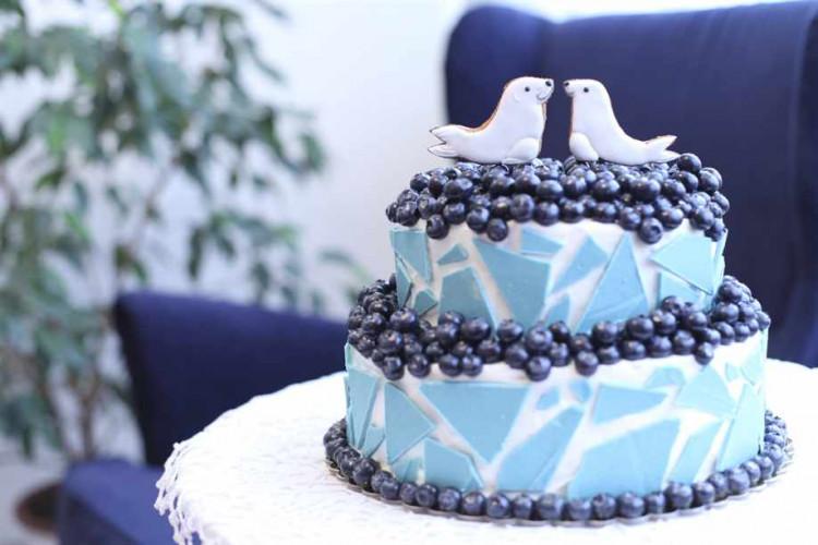 Синий свадебный торт с тюленями