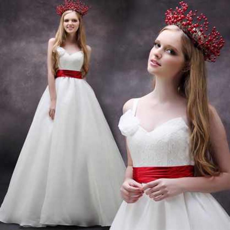 Невеста в свадебном платье с красными вставками