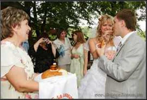 Слова при встрече молодых с хлебом и солью матери жениха