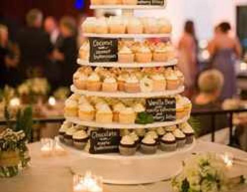 originalniy-tort-iz-cupcakeykov-na-zakaz
