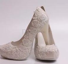 9d62b8049 Нельзя покупать туфли с крючками или застежками. Согласно приметам, они  приведут к раздору между молодоженами. А туфли без застежек приведут к  легким и ...