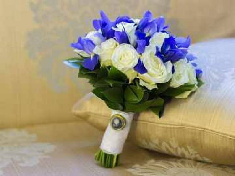 belo-sinij_buket_nevesty_iz_irisov_i_roz_1