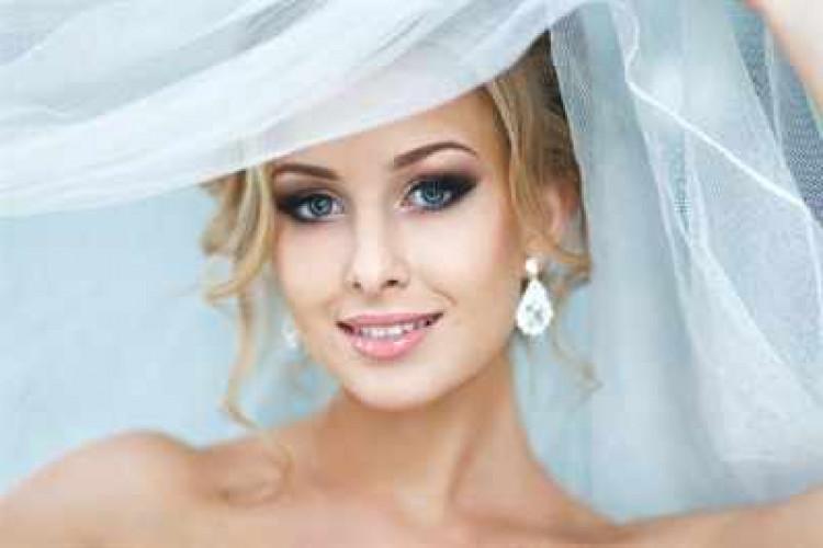 Блондинка в свадебном платье на аву