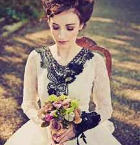 Белое свадебное платье с коричневым поясом