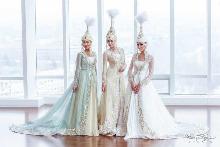 ab713f8a56d Свадебное платье казахской невесты представляет собой модель из легкого  материала с немного заниженной талией. На его юбку в несколько рядов  нашиваются ...